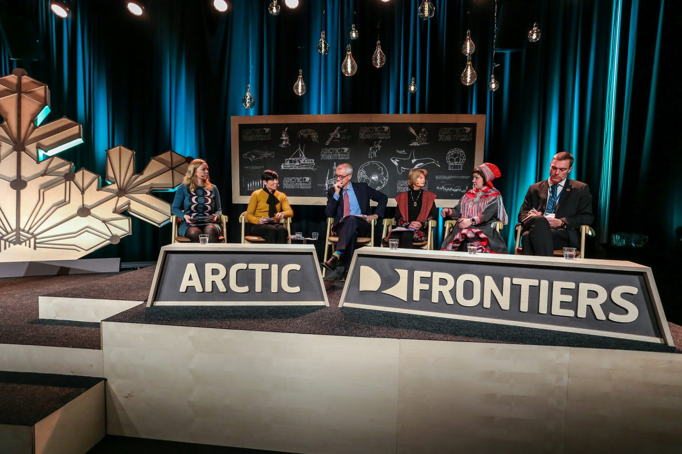 From left to right: Katri Kulmuni Member of Finnish Parliament and Chair of the Finnish Delegation of Parliamentarians of the Arctic Region / Ine Eriksen Søreide Minister of Foreign Affairs of Norway / Stephen Sackur Moderator / Lisa Murkowski United States Senator for Alaska /Aili Keskitalo President of the Sami Parliament of Norway / Tore Furevik Professor, University of Bergen and Director of the Bjerknes Centre for Climate Research. Foto: Alberto Grohovaz/Arctic Frontiers 2019