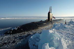 Den amerikanske ubåten USS Hampton på Nordpolen under en øvelse i 2004. Foto: Kevin Elliott / US Navy