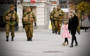 Heimevernsoldater fra HV-03 på sosialpatrulje i Hønefoss sentrum. Foto: Ove Ronny Haraldsen / Forsvaret