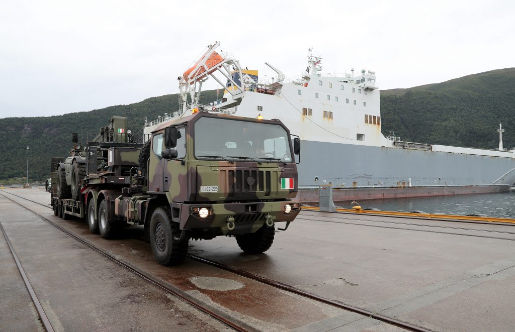 Italienske kjøretøy ankommer Åndalsnes i forbindelse med NATO øvelsen Trident Juncture 2018. Foto: Torbjørn Kjosvold / Forsvaret