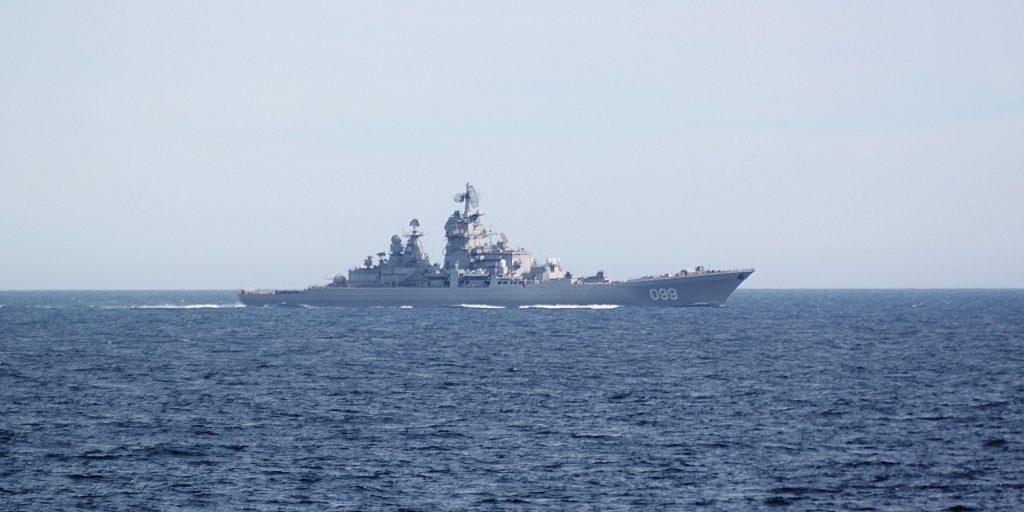Den russiske nordflåtens flaggskip Petr Vilikiy utenfor norskekysten. Foto: Kystvakten / Forsvaret