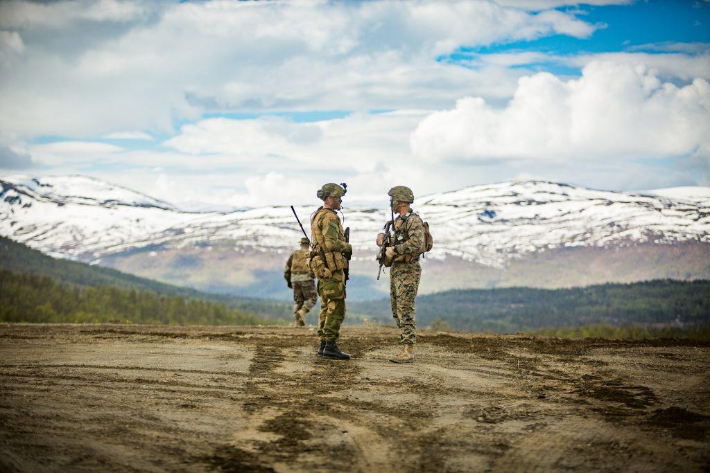 Norsk soldat snakker med amerikansk soldat fra US Marine Corps under øvelsen Thunder Reindeer på Setermoen. Foto: Frederik Ringnes/Forsvaret