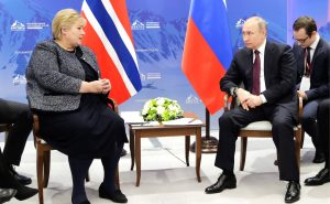 Solberg og Putin under International Arctic Forum i St. Petersburg i april 2019. Foto: Wikimedia Commons