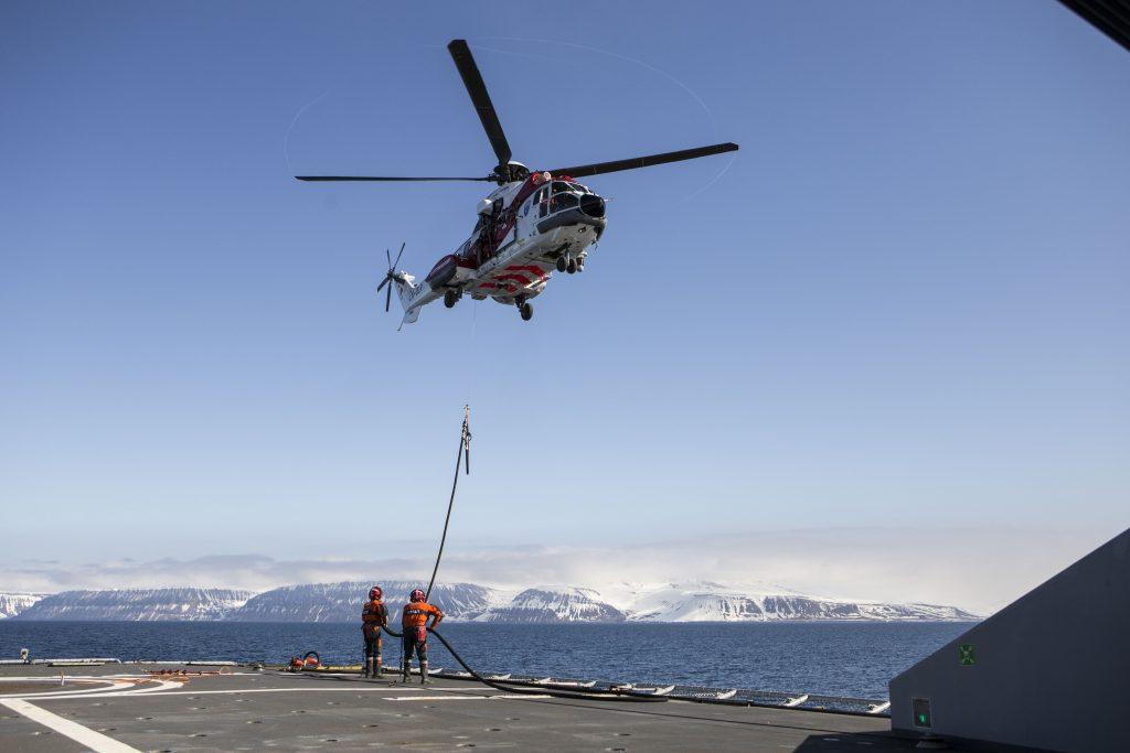 Kystvakta øver med helikopteret Superpuma i 2015. Samarbeid mellom militære og sivile er en viktig del av deres arbeid. Foto: Betzy Hänninen / Forsvaret