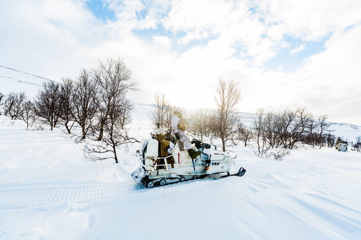 Soldater ved Kavalerieskadronen trener ved Garnisonen i Porsangermoen. Kavalerieskadronen er en kompanisstridsgruppe som er en del av Hærens styrking i Finnmark og en del av Finnmark landforsvar. Foto: Frederik Ringnes / Forsvaret