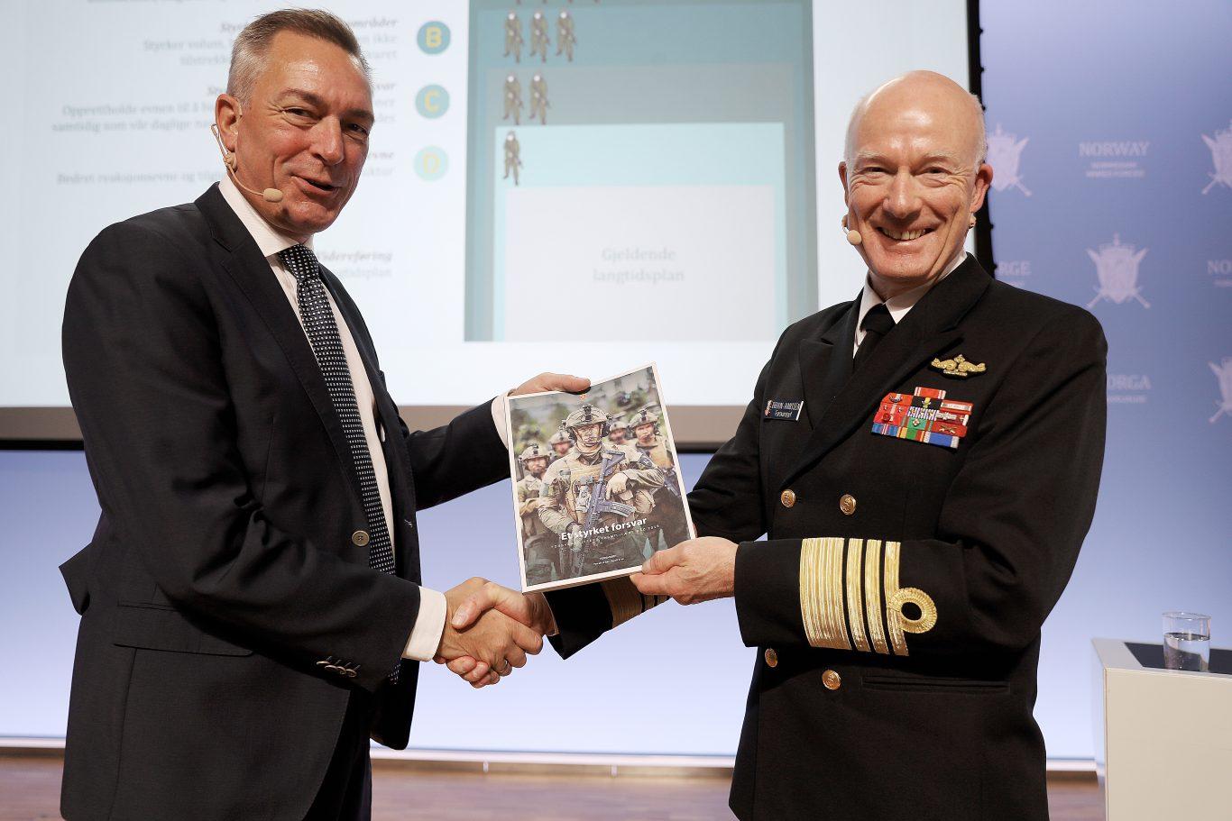 Forsvarssjefen overleverer fagmilitært råd til Forsvarsminister Frank Bakke-Jensen. Foto: Torbjørn Kjosvold / Forsvaret