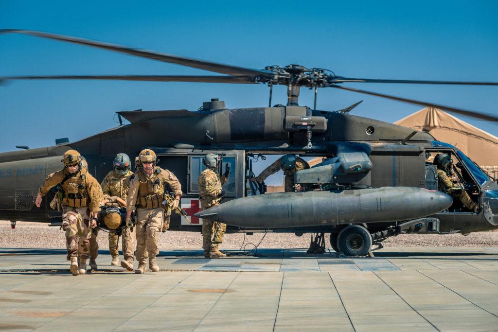 Soldater fra NORTU 5 (Norwegian Task Unit) trener på å evakuere sårede med med et amerikansk Blackhawk-helikopter, i Al-Assad, Irak i 2016. Foto: Ole-Sverre Haugli / Forsvaret.