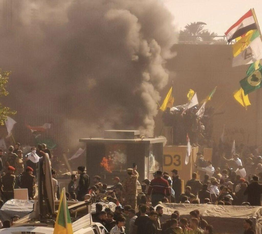 Irakisk milits og støttespillere foran den amerikanske ambassaden i Bagdad, 31.12.19. Foto: Wikimedia Commons / Mehr News Agency