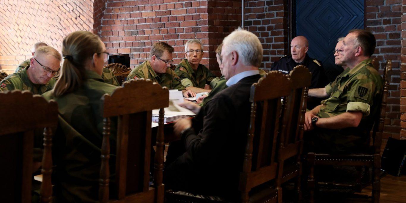 Forsvarssjef Admiral Haakon Bruun-Hanssen sammen med sin ledergruppe hvor de diskuterer fagmilitært råd. Foto: Torbjørn Kjosvold/Forsvaret