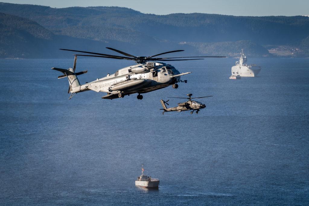 USMC CH-53 helikopter sammen med et Apache kamphelikopter, landgangsfartøy og støtteskip for amfibiske operasjoner, under NATO-øvelsen Trident Juncture i 2018. Foto: Ole-Sverre Haugli/Forsvaret.