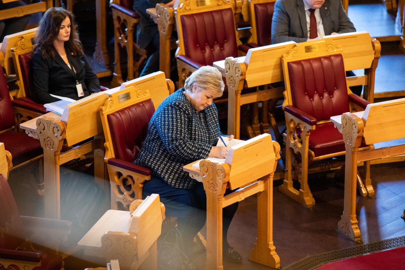 Statsminister Erna Solberg (H) i salen under førstegangsbehandlingen av koronaloven lørdag 21. mars. Foto: Stortinget