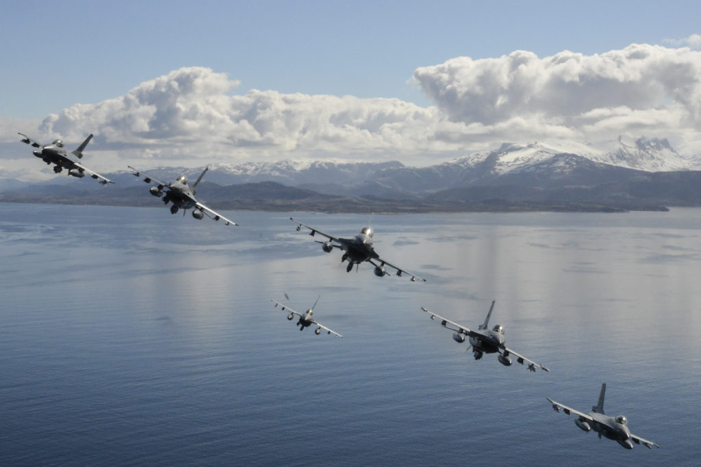Formasjonsflyvning under Arctic Challenge Exercise 17, deltakende 6 norske F-16 og 2 svenske SAAB J-39 Gripen. Foto Forsvaret: Joni Malakamäki / Finnish Airforce