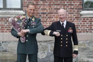 Forsvarssjef Admiral Haakon Bruun-Hanssen gratulerte den nye Forsvarssjefen, General Major Eirik Kristoffersen, 12. mai. Kristoffersen tar over i august 2020. Foto: Torbjørn Kjosvold / Forsvaret