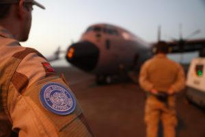 Tekniker fra NORTAD II i FN-operasjonen MINUSMA klargjør det norske Hercules flyet før oppdrag i Mali. Foto: Torbjørn Kjosvold / Forsvaret.