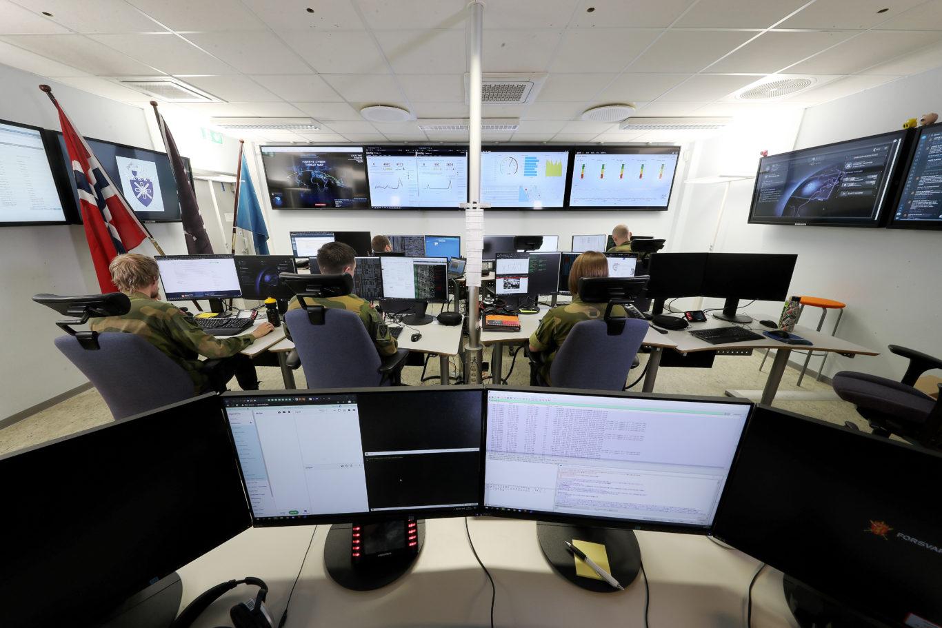 Fra Cybersikkerhetssenteret ved Cyberforsvaret på Jørstadmoen. Foto: Torbjørn Kjosvold / Forsvaret.