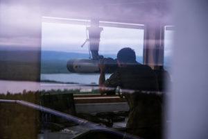 En grensejeger speider mot grensen mellom Russland og Norge. Foto: Frederik Ringnes / Forsvaret.