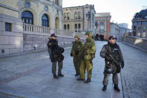 Politi og soldater fra Heimevernet utenfor Stortinget under en anti-terror øvelse i 2012. Foto: Forsvaret