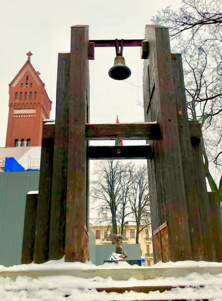 I sentrum av Minsk står et minnesmerke gitt av Hiroshima som hviterussere mener maner til kamp mot atomvåpentrusselen. Foto: Torgeir E. Fjærtoft
