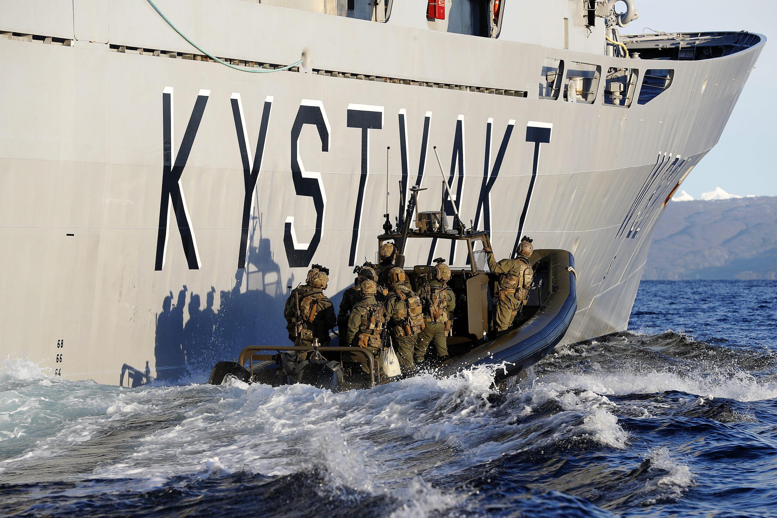 Operatører fra Marinejegerkommandoen trener sammen med Kystvakten. Foto: Torbjørn Kjosvold/Forsvaret.