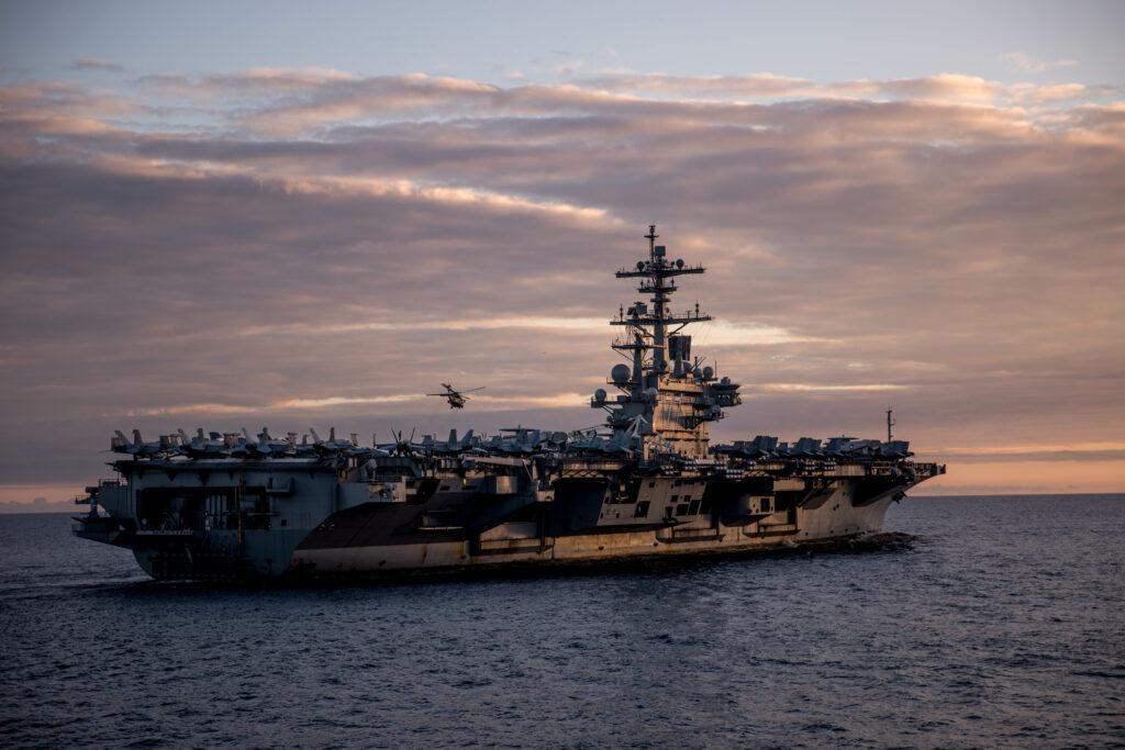 USS George H. W. Bush, fotografert fra broen til KNM Helge Ingstad under øvelse Saxon Warrior 2017. Foto: Jakob Østheim / Forsvaret