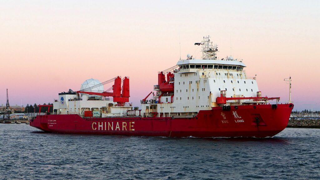 MV «Xue Long» er en kinesisk isbryter for polare farvann og et forskningsfartøy for Det kinesiske polarforskningsinstitutt. Navnet betyr «Snødragen». Foto: Bahnfrend/Wikimedia Commons